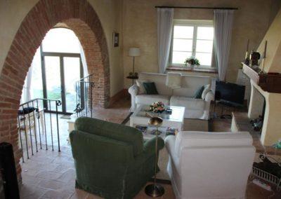 07a Il Borgo Cortona Woonkamer - doorkijk naar terras
